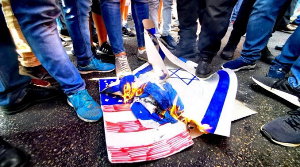 متظاهرو لبنان.. حرق لعلمي أمريكا وإسرائيل وعلم فلسطين يُرفرف