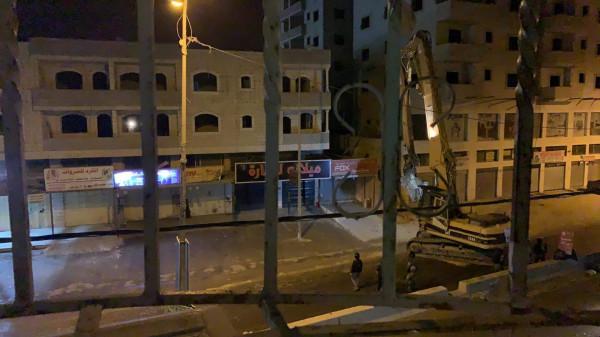 شاهد: جرافات الاحتلال تهدم منزلاً في مخيم قلنديا شمال القدس