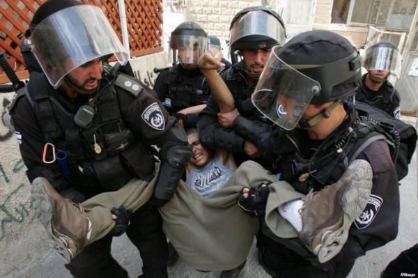 معتقل قاصر يتعرض للتنكيل داخل قاعة محكمة للاحتلال