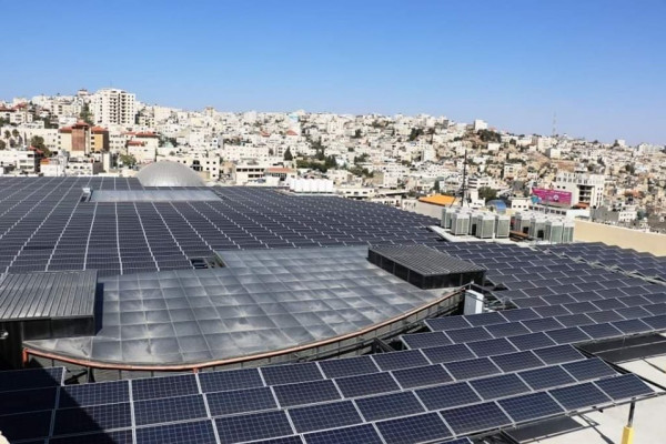 كهرباء الخليل تَختَبِر أكبر مشروع طاقة شمسية بالمحافظة وتربطه بالشبكة العامة