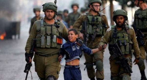 شاهد: الاحتلال يعتقل طفلاً ووالده من العيسوية بالقدس
