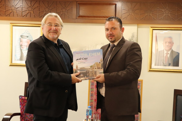 """رئيس بلدية بيت لحم يستقبل محافظ """"هينو"""" في دار البلدية"""