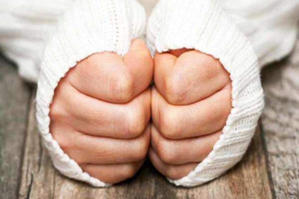 برودة اليدين المستمرة جرس إنذار للإصابة بأمراض خطيرة