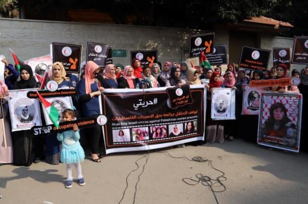 اتحاد لجان المرأة ينفذ وقفة تضامنية مع الأسيرات والأسرى بسجون الاحتلال