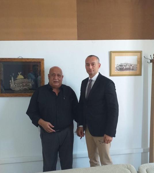 ملادينوف يلتقي عائلة الأسير محمد الحلبي مدير الرؤية العالمية بغزة