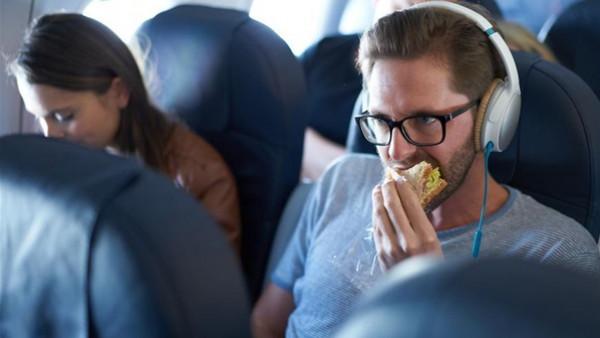شاهد.. أغرب وأسوأ الوجبات المقدمة للمسافرين على متن الطائرات