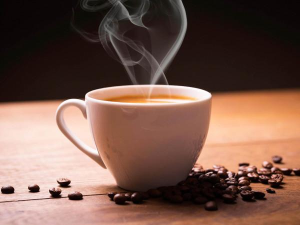 """باحثون يطمئنون محبي القهوة.. ويكشفون """"مكمن الضرر"""""""