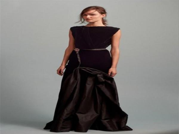 الفستان المخملي لإطلالة شتوية فاخرة