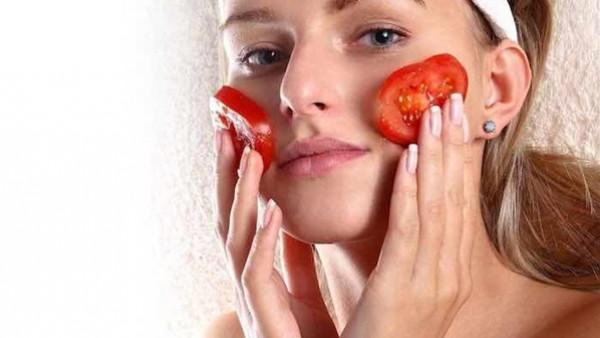 دلكي بشرتك بالطماطم والنشا وشاهدي الفرق