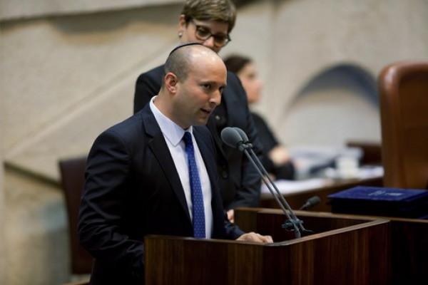 نتنياهو يقرر تعيين نفتالي بينت وزيراً للجيش و(أزرق أبيض) يعلّق