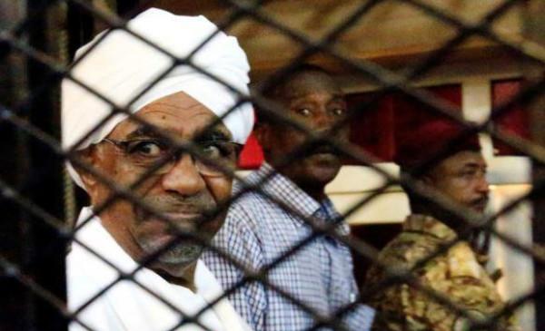 """قوات سودانية تُهدد بحريق شامل حال تسليم """"البشير"""" إلى المحكمة الجنائية"""