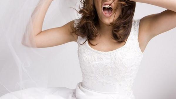 تمنع شقيقتها من حضور زفافها بسبب كسر ذراعها