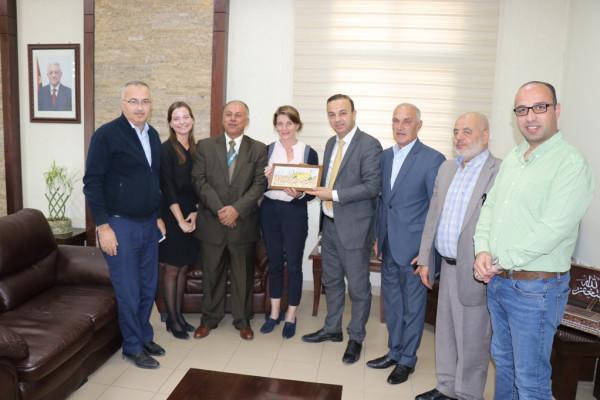 """بلدية الخليل و""""الأونروا"""" تناقشان موضوع ممارسات الاحتلال اليومية"""