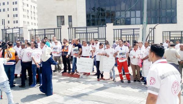 نقابة العاملين في الهلال الأحمر تنفذ وقفة احتجاجية أمام المقر العام بالبيرة