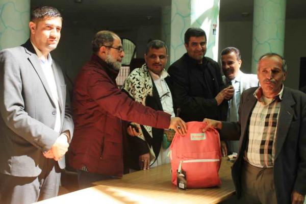 توزيع حقائب مدرسية لموظفي وزارة الشباب والرياضة