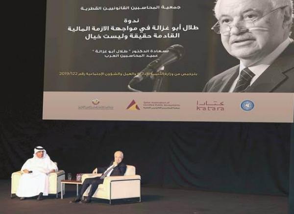 أبوغزاله يدعو العرب إلى الاستفادة من الأزمة الاقتصادية المقبلة