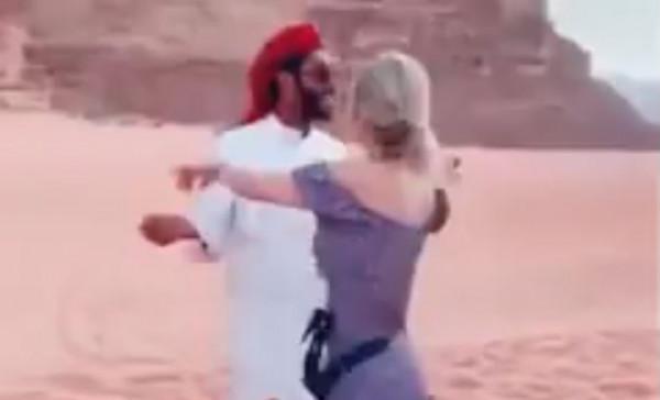 """حقيقة مقطع رقص """"الشاب والسائحة"""" بالسعودية المثير للجدل"""