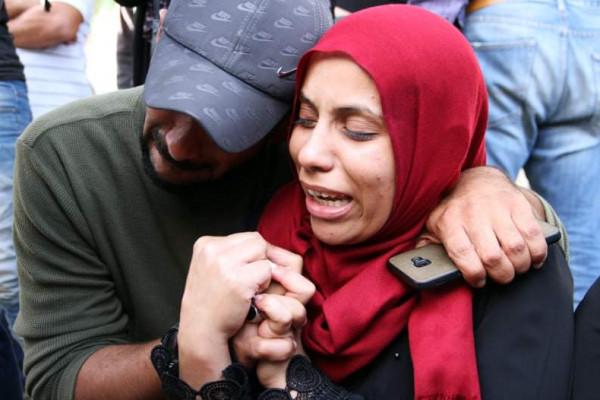 مشاهد صادمة لأم بعد قصف الاحتلال لأبنائها وزوجها