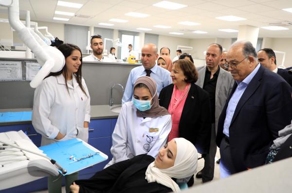 وزيرة الصحة تفتتح عيادات جديدة لكلية طب الاسنان في الجامعة العربية الامريكية