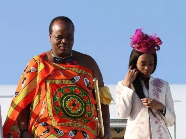 ملك أفريقي يصرف ملايين الدولارات على 17 زوجة وشعبه فقير