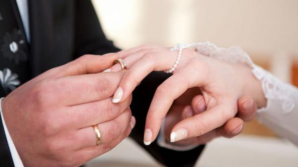 مصر.. عروسان يثيران الجدل بحفل زفافهما الغريب