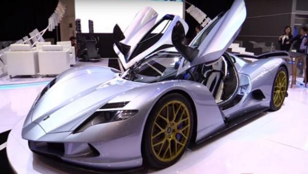 """شاهد: """"أسبارك"""" تستعرض """"البومة الخارقة"""" في معرض دبي للسيارات"""