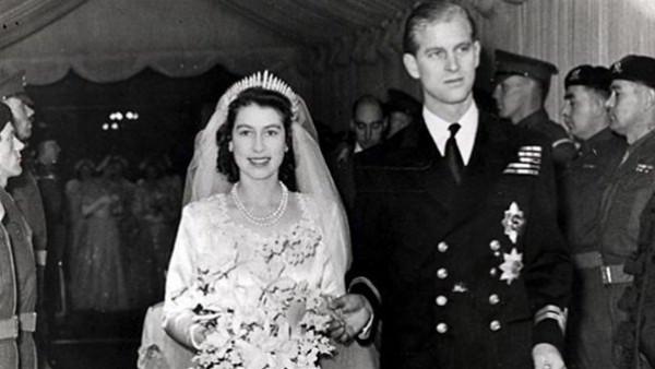 بينها آلة تقشير بطاطس.. هدايا غريبة تلقتها ملكة بريطانيا في زفافها