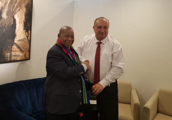 أبو مويس يبحث مع نظيره الجنوب إفريقي تعزيز مجالات التعاون