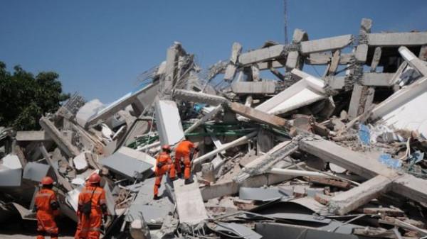 زلزال يلحق أضرارا بمنازل وكنائس في إندونيسيا