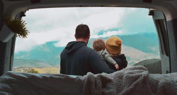ثنائى يحولان شاحنة لمنزل متنقل للسفر حول العالم مع رضيعهما