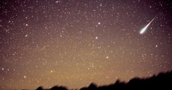 الأرض تشهد ظاهرة فلكية تملأ السماء بالشهب اليوم