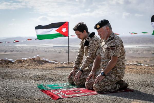 شاهد: العاهل الأردني وولي عهده يتجولان في منطقة الغُمر