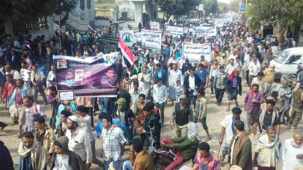 """مظاهرة حاشدة بـ""""التربة"""" تطالب بإخلاء المدينة من الجماعات المسلحة والقبض على المطلوبين"""