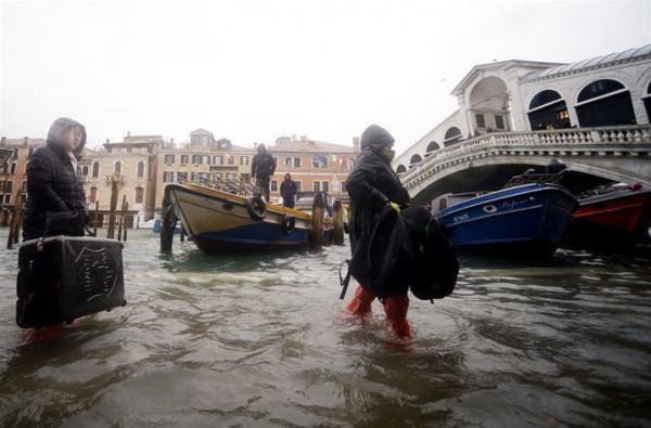 بعد أن غمرتها المياه.. نعال موحدة للسياح والسكان بالبندقية الإيطالية