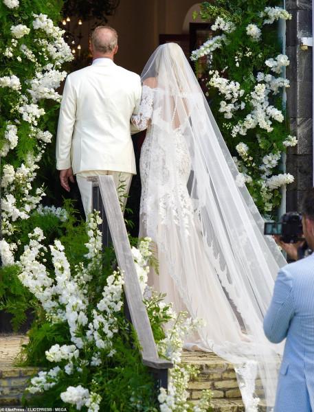 """عارضة الأزياء """"ديفون وندسور"""" بفستان دانتيل مميز فى حفل زفافها"""
