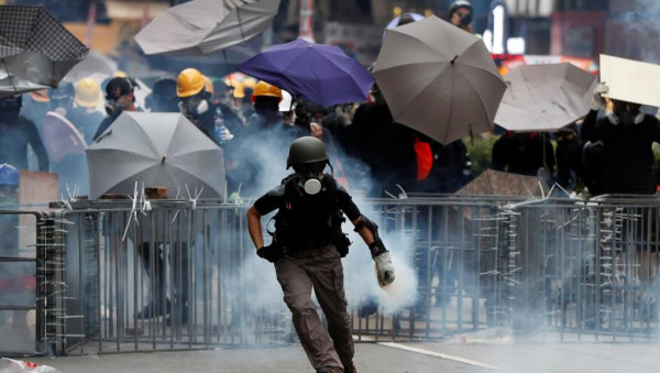 شرطة هونغ كونغ تُهدد المتظاهرين باستخدام الرصاص الحي