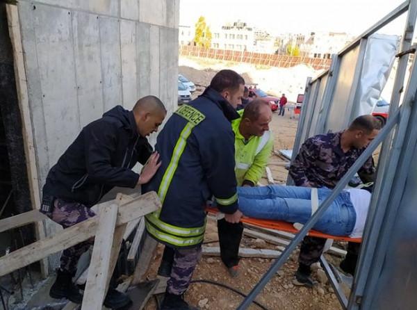 إنقاذ عامل بعد سقوطه في مبنى قيد الإنشاء بمدينة البيرة