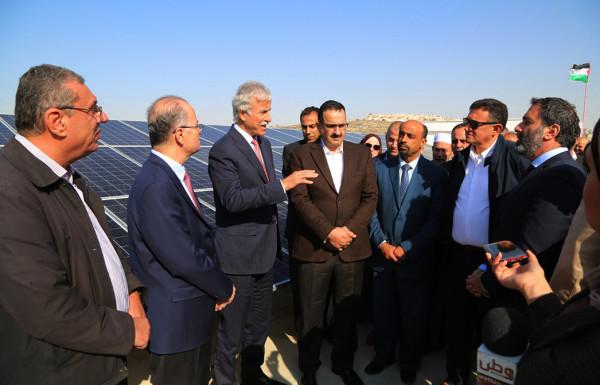 """التربية"""" و""""الاستثمار الفلسطيني"""" يدشنان الطاقة الشمسية في """"الأدهمية"""" بضواحي القدس"""