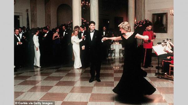 """قصة فستان الأميرة ديانا المخملي """"الأيقوني"""".. ارتدته 4 مناسبات وبيع 4 مرات"""