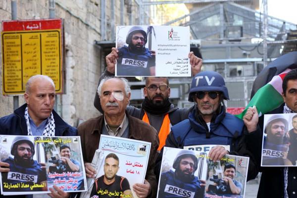 وقفة غاضبة لفعاليات محافظة الخليل استنكاراً لجريمة الاعتداء على الصحفيين