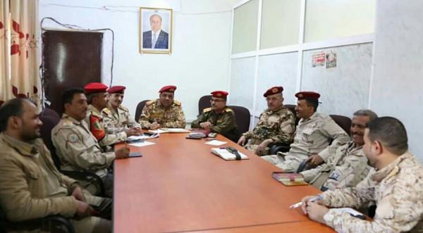 قائد محور تعز يعقد اجتماعا بقادة الألوية العسكرية لمناقشة التطورات الميدانية بالمحافظة