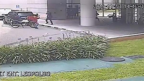 شاهد: حارس شخصي ينقذ امرأة من الاغتيال على يد قاتل مأجور