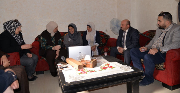 محافظة رام الله والبيرة تسلم حليمة لدادوة جهاز حاسوب