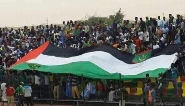 جماهير موريتانيا ترفع العلم الفلسطيني بملعب شيخا بيديا