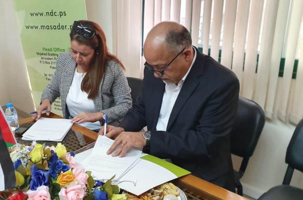 """""""تطوير المؤسسات الأهلية"""" الفلسطينية يوقع اتفاقيات ثلاثة مشاريع بمجال دعم العمل الحر"""