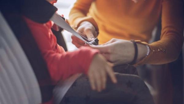 ماذا فعل لص اكتشف وجود طفل داخل سيارة بعد سرقتها؟
