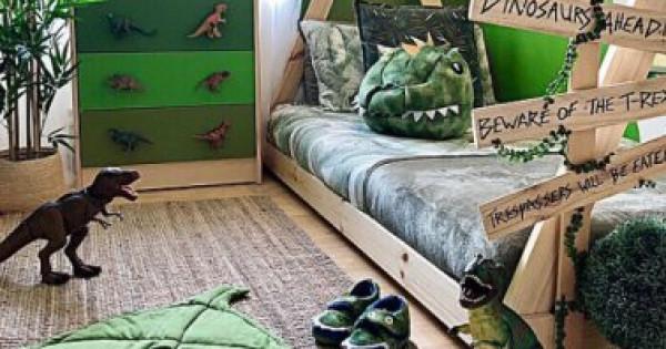 أم تُحول شغف ابنها بالديناصورات واقعاً في غرفته