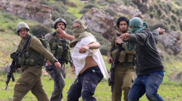إصابة ثمانية مواطنين نتيجة تعرضهم للضرب من قبل المستوطنين بالخليل