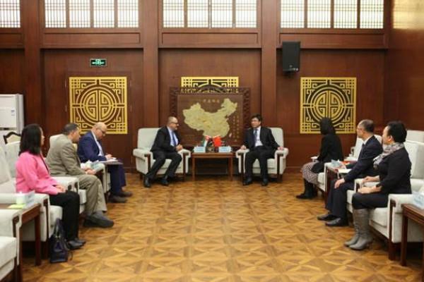 رئيس جامعة شينيانغ نورمال يستقبل أبوغزاله