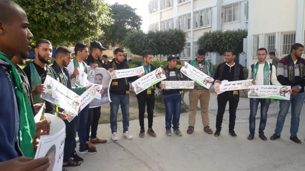 الكتلة والرابطة في كلية فلسطين تنظمان وقفة تضامنية مع الأسرى